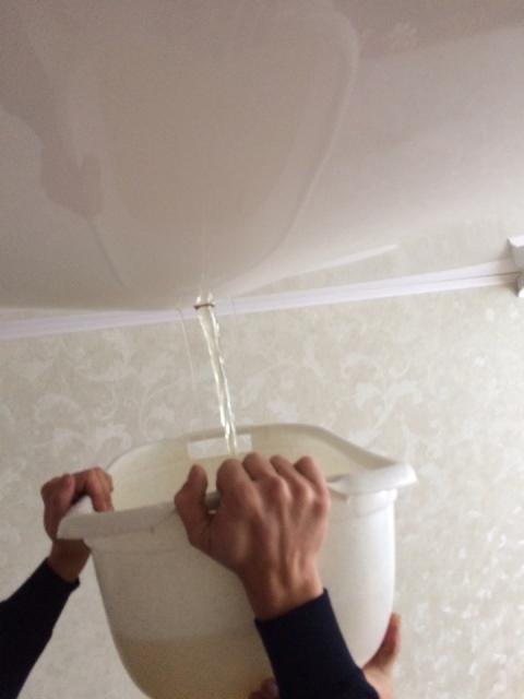 слив воды из натяжных потолков